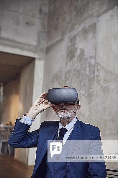 Leitender Geschäftsmann mit VR-Brille