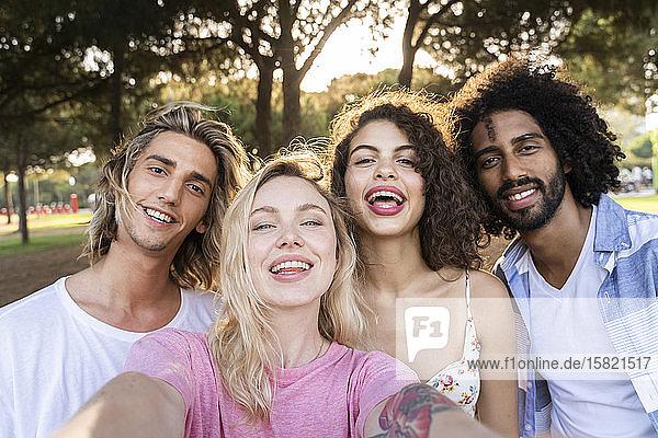 Porträt von glücklichen Freunden im Freien