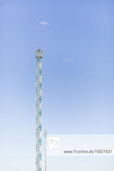 Deutschland  Bayern  München  Niedrigwinkelansicht der Kettenschaukel des Bayern-Turms bei klarem Himmel