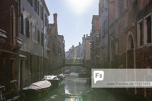 Italien  Venedig  Sonne scheint über dem Kanal von Venedig