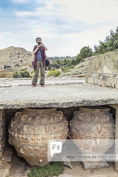 Frau fotografiert vor Ort einen minoischen Palast auf Phaistos  Kreta  Griechenland