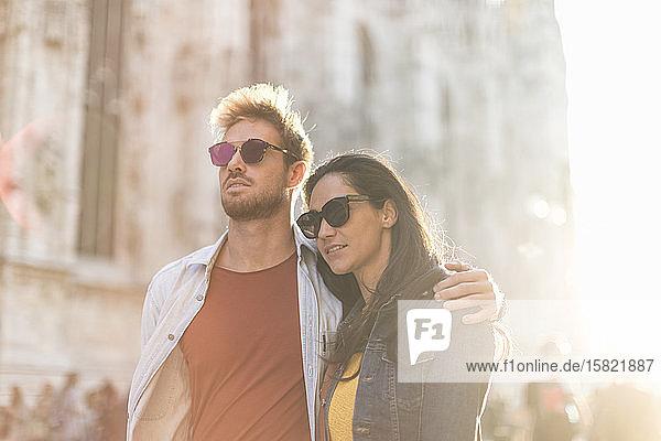 Junges Paar erkundet die Stadt  Mailand  Italien