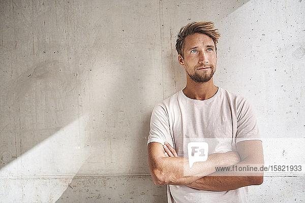 Porträt eines jungen Mannes  der ein T-Shirt trägt und nach oben schaut