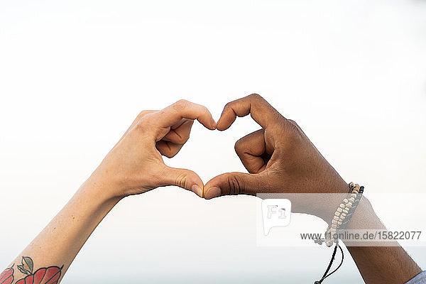 Nahaufnahme von zwei Händen  die ein Herz formen