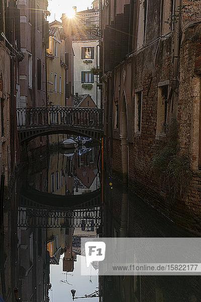 Italien  Venedig  Brücke über den venezianischen Kanal bei Sonnenuntergang