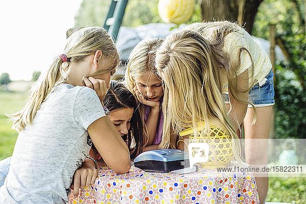 Mädchen auf einer Geburtstagsfeier im Freien Mädchen auf einer Geburtstagsfeier im Freien