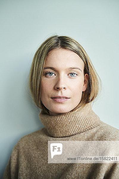 Porträt einer selbstbewussten blonden jungen Frau