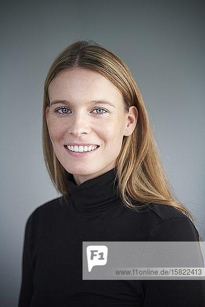 Porträt einer lächelnden blonden jungen Frau