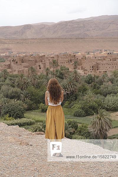 Rückansicht einer jungen Frau mit Blick auf die Stadt  Ouarzazate  Marokko