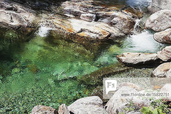 Steine und Felsen im klaren türkisfarbenen Wasser der Verzasca  Verzascatal  Tessin  Schweiz