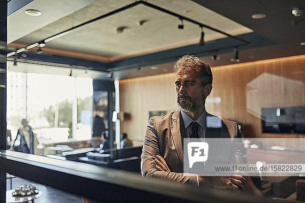 Porträt eines reifen Geschäftsmannes in der Hotellobby