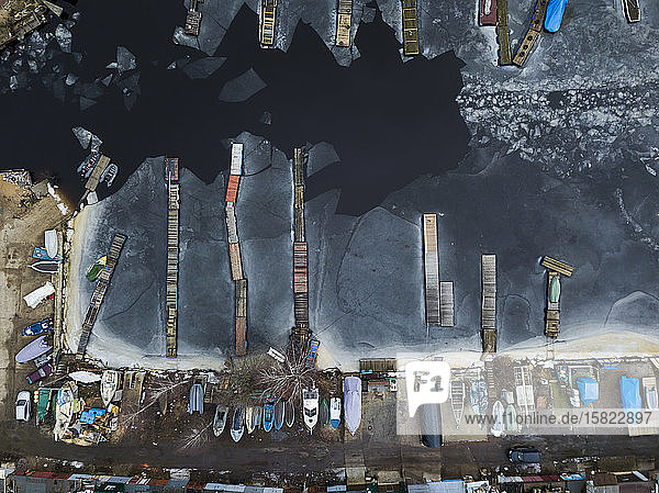 Russland  Sankt Petersburg  Sestroretsk  Luftaufnahme der Boote  die am gefrorenen Ufer des Finnischen Meerbusens liegen
