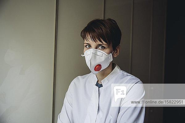 Ärztin mit FFP3-Maske