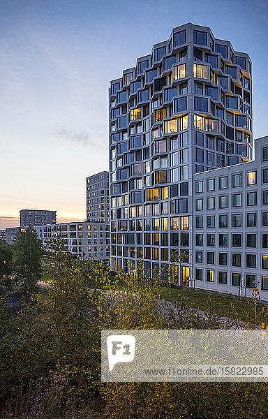 Modernes Wohnhochhaus am Abend  München  Deutschland