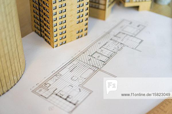 Architektonisches Modell und Plan auf dem Tisch