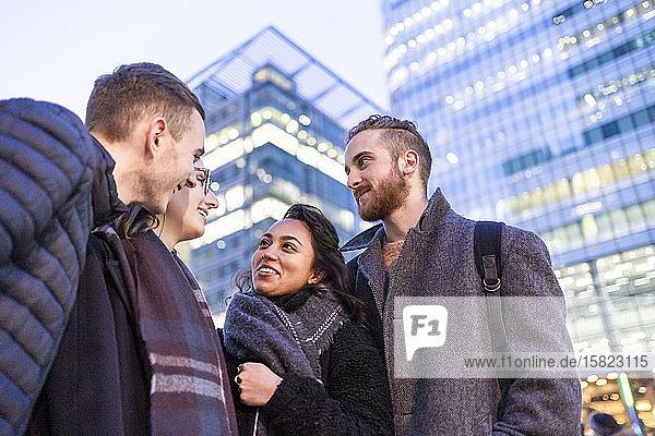 Glückliche Freunde sprechen in der Stadt  London  UK