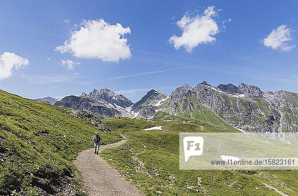 Schweiz  Kanton St. Gallen  Glarner Alpen  Mann wandert den Panorama-Wanderweg in der Tektonikarena Sardona