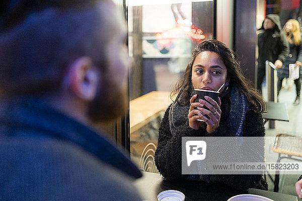 Treffen von Freunden in einem Straßencafé in der Stadt Treffen von Freunden in einem Straßencafé in der Stadt