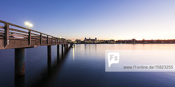Deutschland  Mecklenburg-Vorpommern  Rugen Island  Binz  Ostseebad  Pier und Meer in der Abenddämmerung