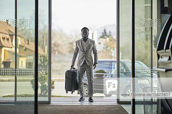 Geschäftsmann betritt Hotel