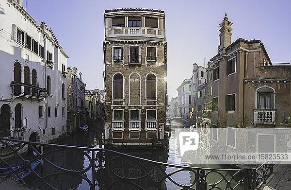 Italien  Venedig  Sonne beleuchtet Häuser entlang des venezianischen Kanals