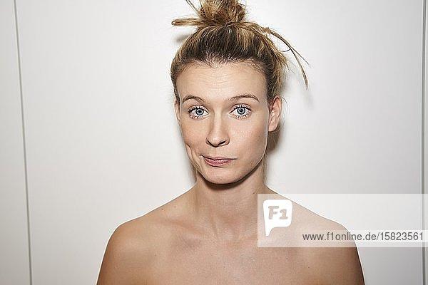 Porträt einer blonden jungen Frau  die schmollt