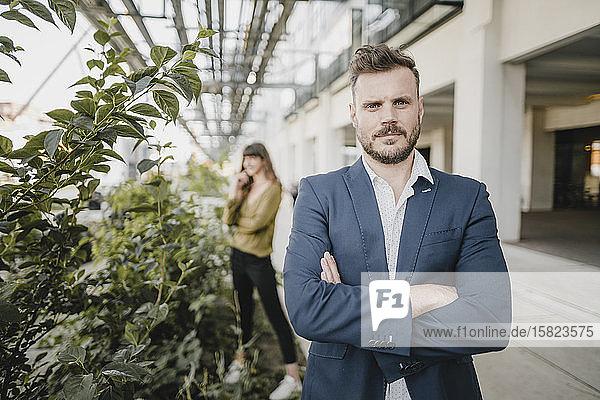 Porträt eines selbstbewussten Geschäftsmannes im Freien