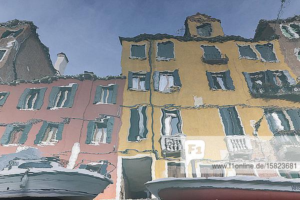 Italien  Venedig  Häuser  die sich im Kanal spiegeln