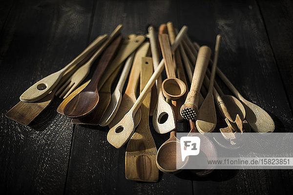 Stapel verschiedener Küchenutensilien aus Holz
