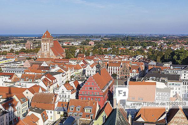 Deutschland  Mecklenburg-Vorpommern  Greifswald  Hochwinkelansicht der Gebäude rund um den Altstadtmarktplatz