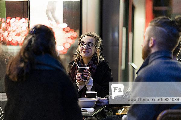 Treffen von Freunden in einem Straßencafé in der Stadt
