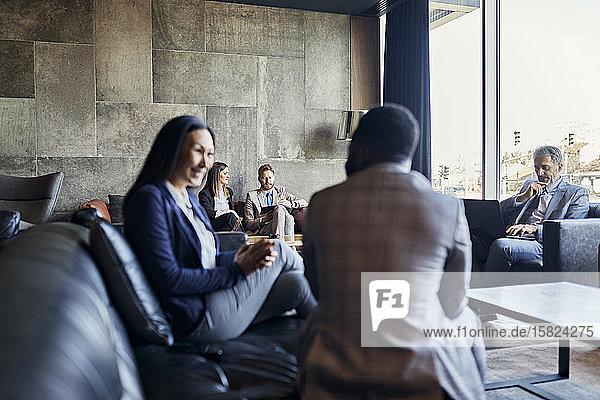 Geschäftsleute bei einem Meeting in der Hotellobby