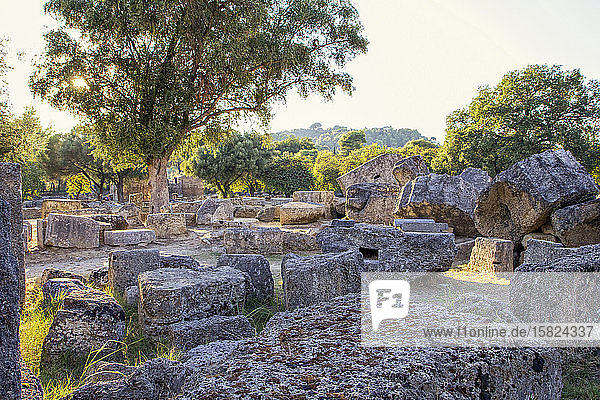 Griechenland  Olympia  Ruinen des antiken Zeustempels bei Sonnenuntergang