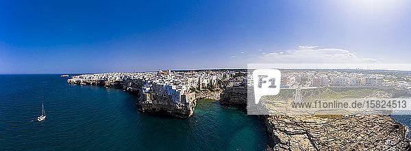 Italien  Polignano a Mare  Panorama des klaren blauen Himmels über der Küstenstadt im Sommer