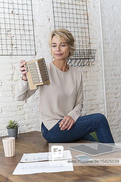 Reife Frau bei der Arbeit am Schreibtisch im Architekturbüro sitzend
