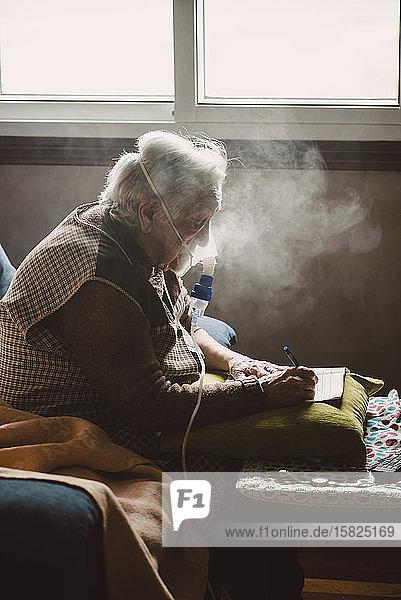 Ältere Frau benutzt Inhalator zu Hause