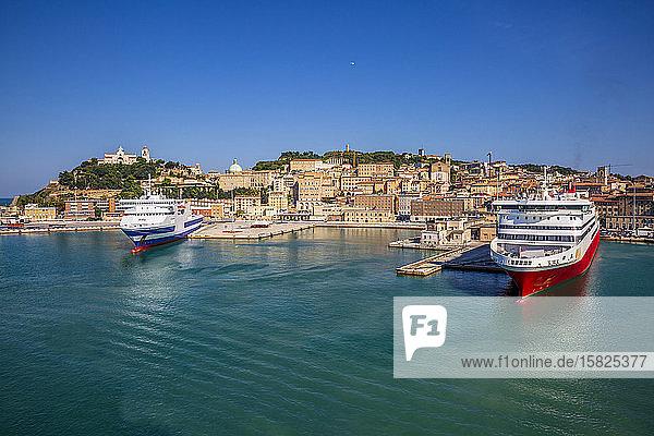 Italien  Provinz Ancona  Ancona  Kreuzfahrtschiffe liegen im Hafen der Küstenstadt an
