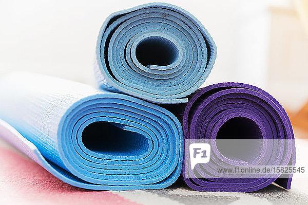 Stapel von Yogamatten auf dem Boden