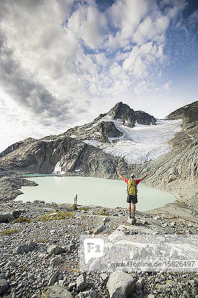 Rückansicht eines Rucksacktouristen mit schöner Aussicht auf die Berge.