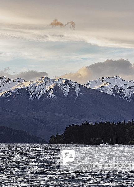 Blaue Stunde des Sonnenuntergangs über hohen Bergen und dem Wanakasee  Neuseeland