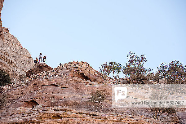 Drei Wanderer erkunden einen malerischen Canyon in der Wüste