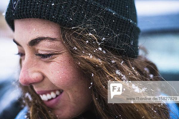 Detail eines Frauengesichts mit Schnee im Haar