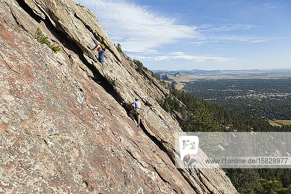 Menschen klettern die dritte Flatiron-Ostwand über Boulder  Colorado