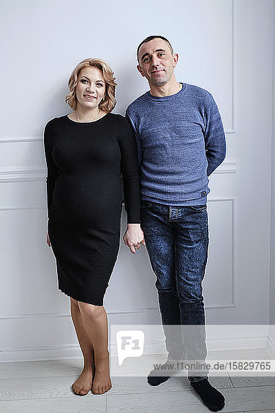 Liebespaar freut sich über eine Schwangerschaft in Erwartung eines Kindes