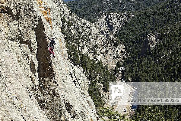 Frauenfelsen erklimmt Bihedral Arete im Boulder Canyon  Colorado