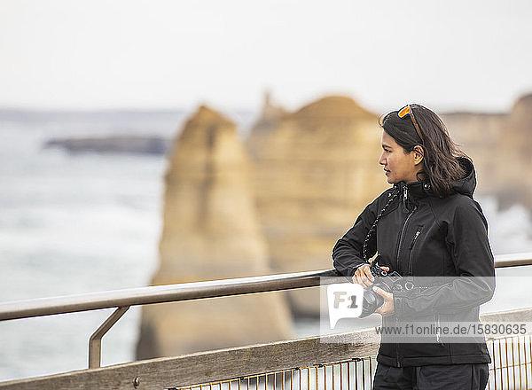 Frau bewundert die 12 Apostel-Seestapel im Süden Australiens