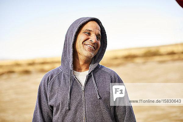 Ein Außenporträt eines Mannes mittleren Alters.