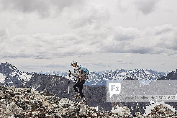Eine Wanderin wandert inmitten der schneebedeckten Gipfel der Cascades  Washington