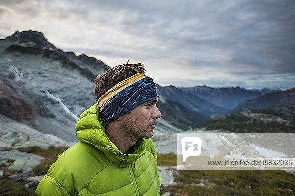 Seitenansicht eines Bergsteigers in den Bergen.