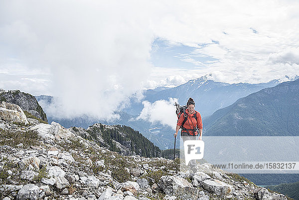 Eine Frau wandert im North Cascades National Park.